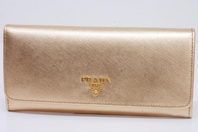 4f90cd506ba0 プラダ サフィアーノ PRADAロゴプレート 二つ折り長財布 ゴールド 1M1132